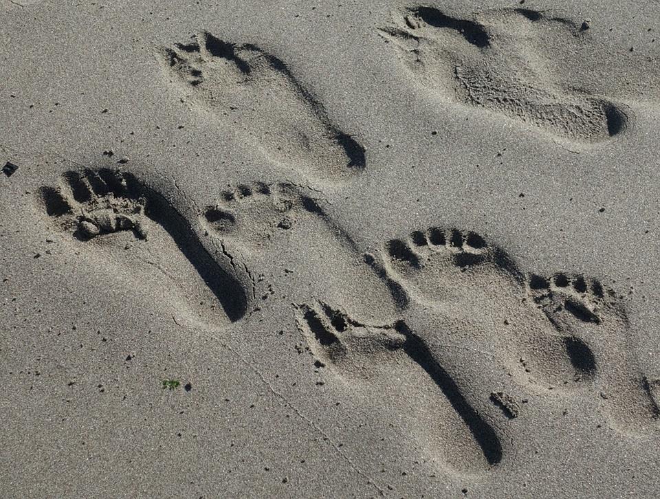 footprints-2705826_960_720